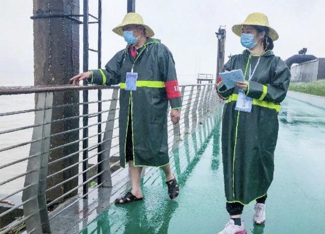 98洪水被救小女孩自愿报名上堤