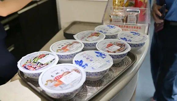 """盒饭变成10元小碗菜,高铁餐食创新""""出锅"""""""