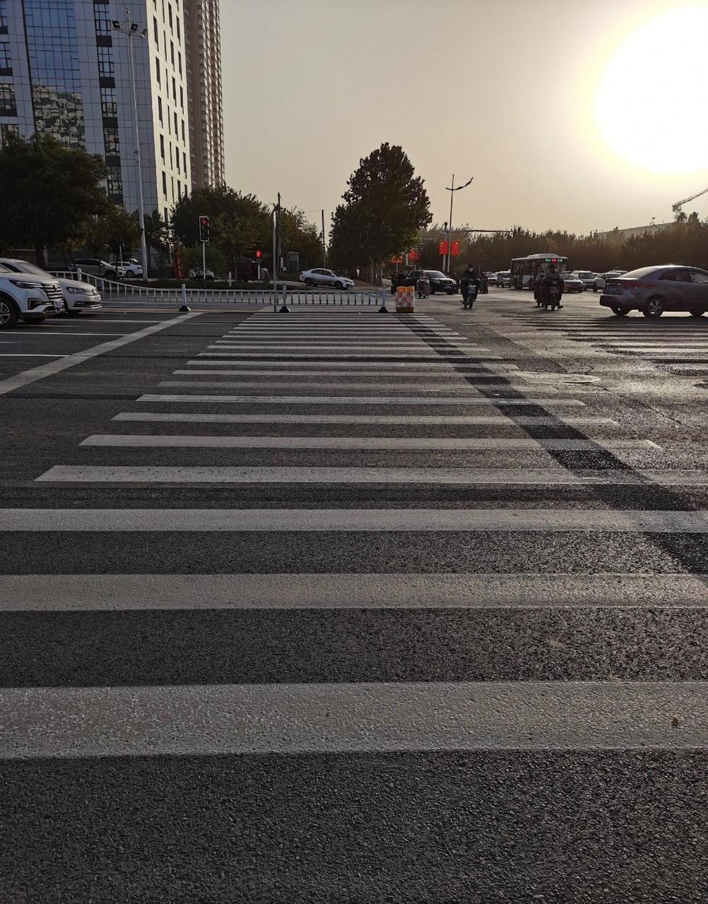 过个马路需要跨栏?这是什么设计?