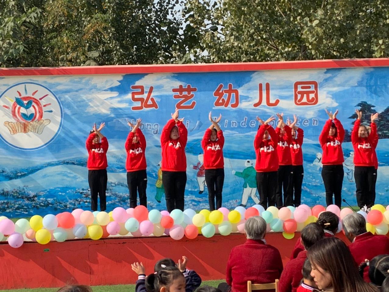 重阳节幼儿园小朋友送出祝福