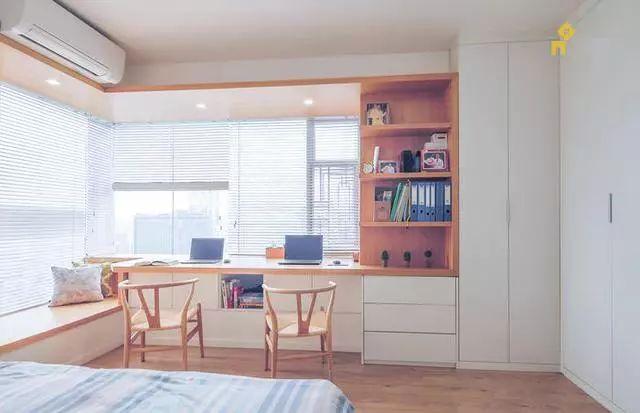 将飘窗改成书桌,它们俩真是绝配,太完美了!
