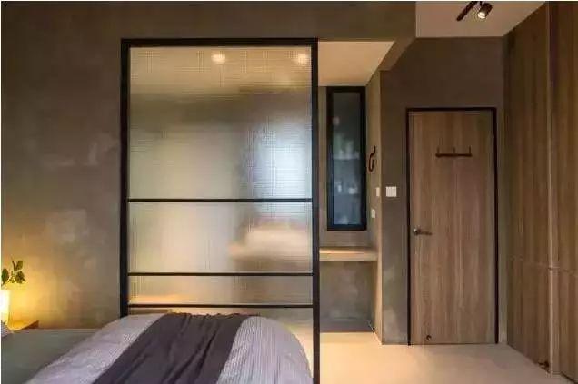 用隔断来代替门,把家里的单间变得和套房一样